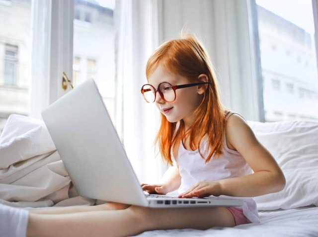 bambina al computer