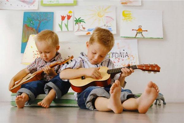 bambini piccoli suonano la chitarra