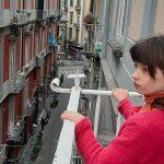 bambina balcone