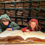 bambini leggono un manoscritto