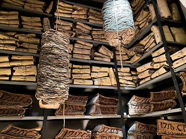 Cartastorie museo archivio banco di Napoli pila di carte