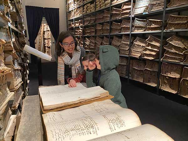 Cartastorie bambini leggono un manoscritto