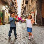 bambini nel centro storico di Napoli