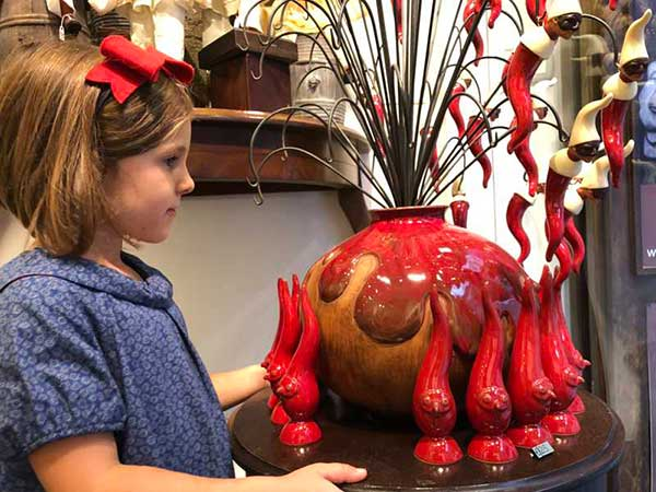Bambina con simboli presepe napoletano