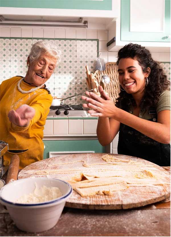 nonna insegna a fare la pasta fatta in casa