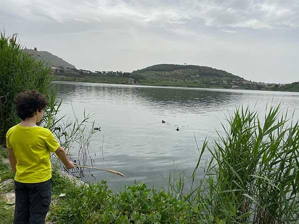 bambino di spalle guarda il lago d'averno