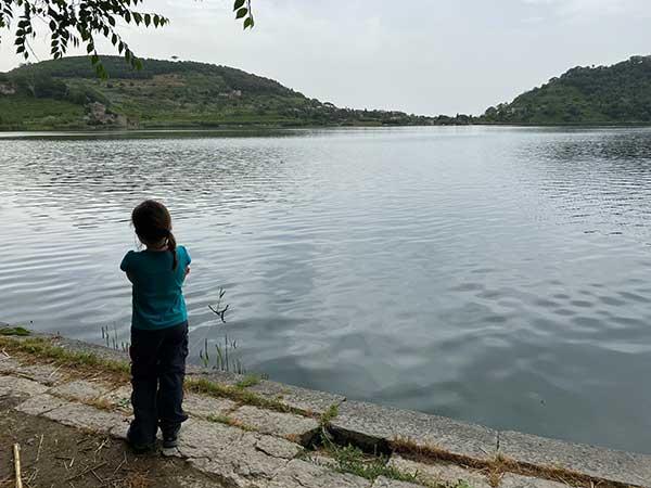bambina di spalle al lago d'averno