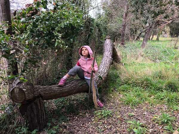 bimba nel bosco