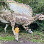 bambino con ricostruzione dinosauro