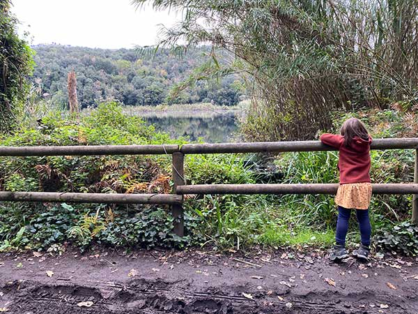oasi astroni bambina di spalle
