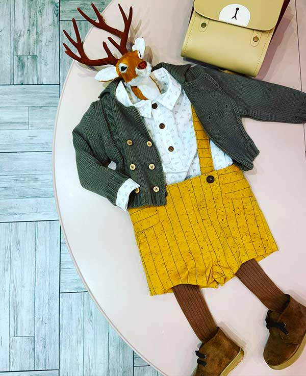 pantaloncini bimbo giall ie maglioncino verde