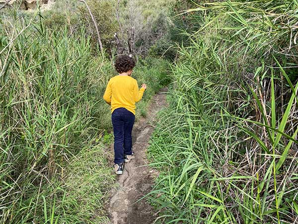 bambino sul sentiero del faro di Capo Miseno-6