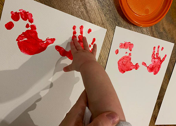 impronte manine con pittura rossa