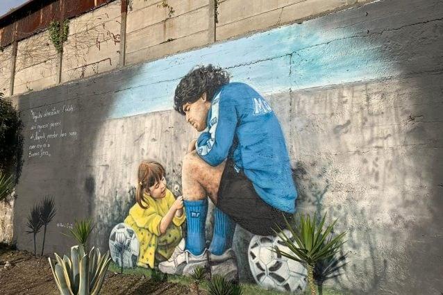 Murale maradona con la figlia