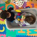 bambini giocano nella vasca da bagno in salotto