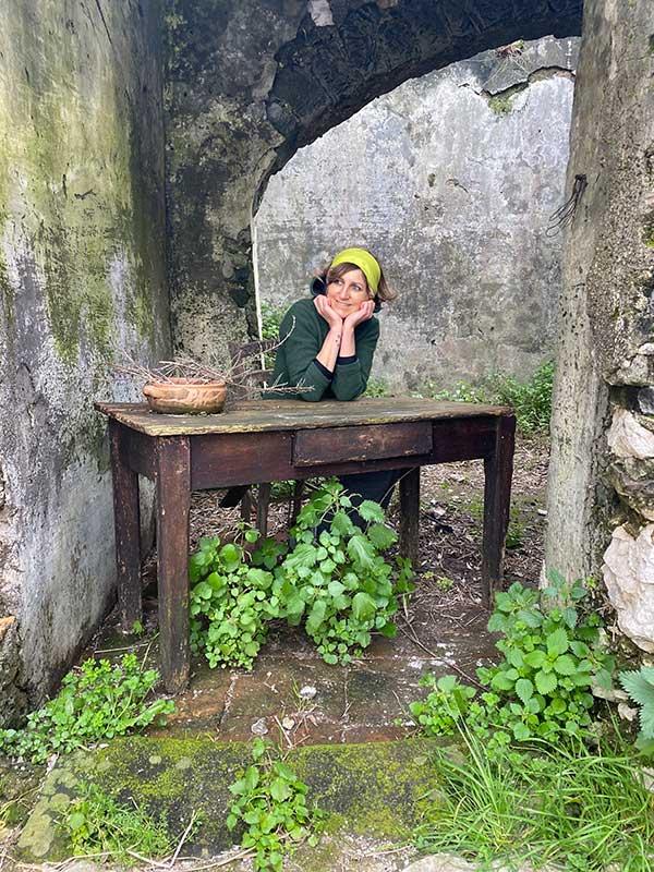 donna seduta a vecchio tavolo