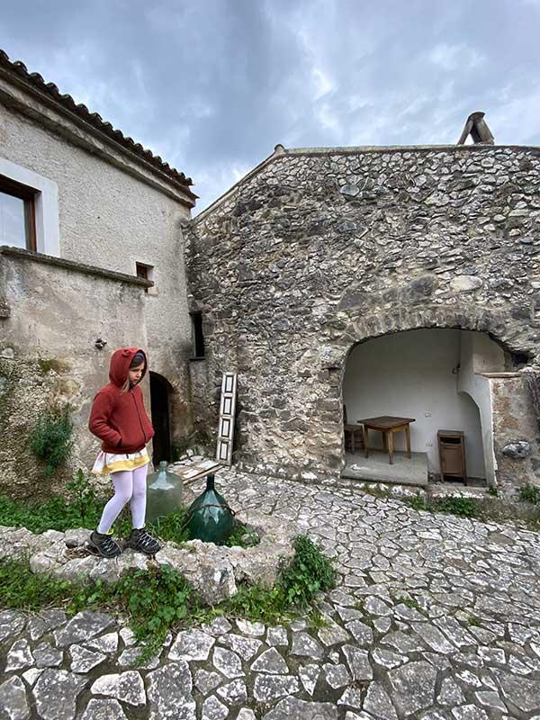 bambina in borgo fantasma vallata