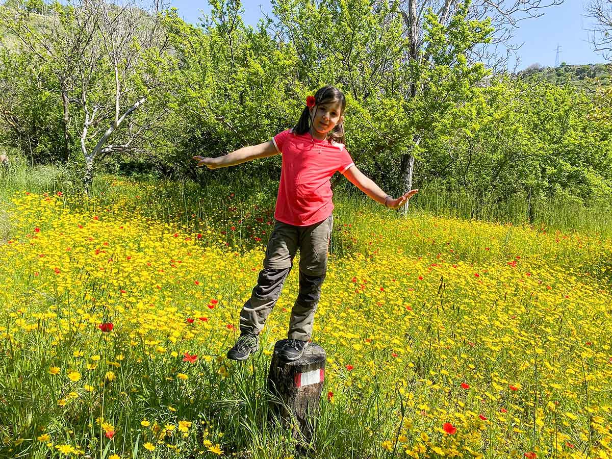 bambina capo di fiori trekking