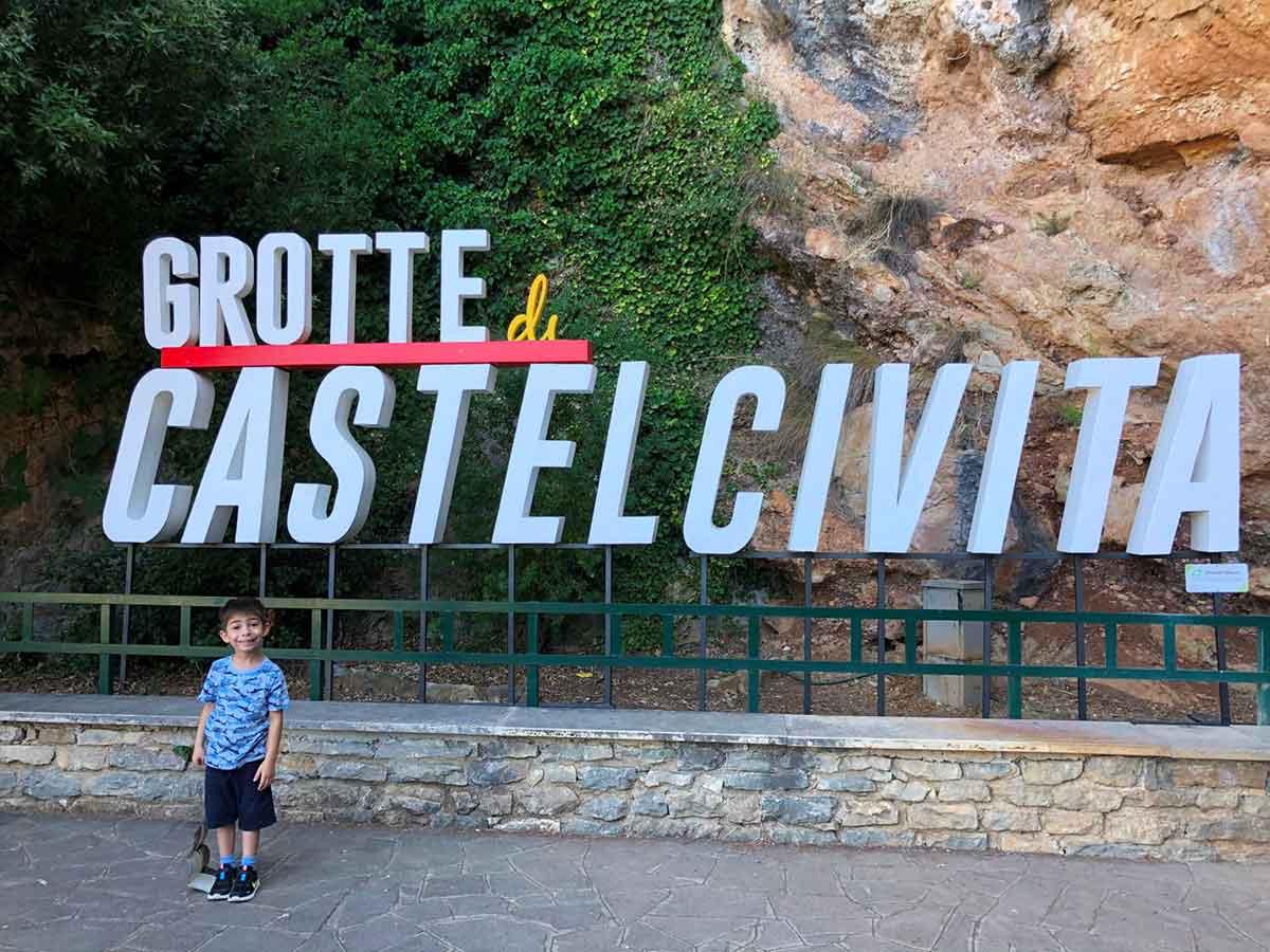 bambino all'ingresso delle grotte di Castelcivita