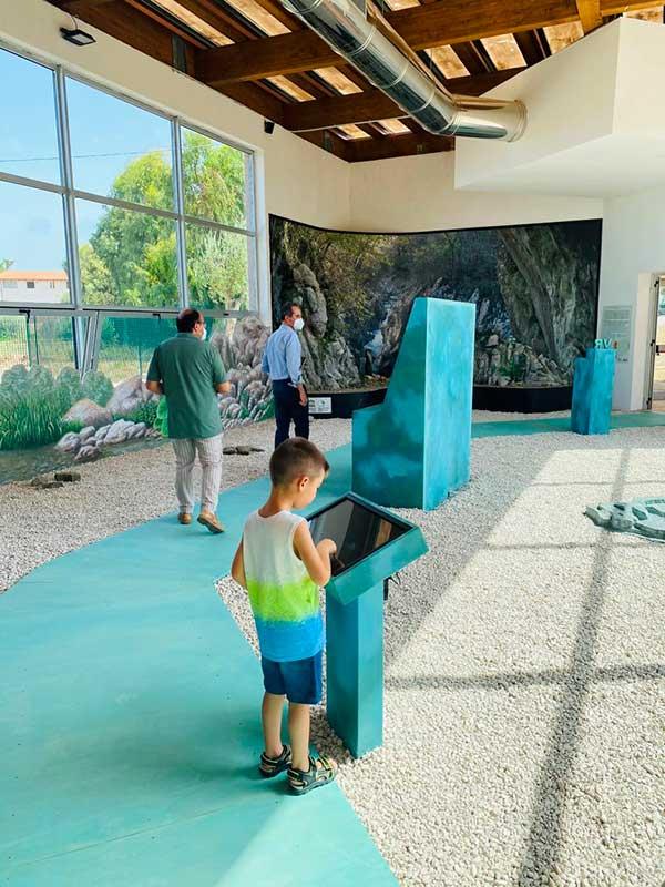 Bambino nel Museo del Paesaggio e della Natura a Santa Maria di Castellabate