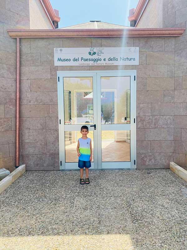 bambino davanti all'ingresso del Museo del Paesaggio e della Natura a Santa Maria di Castellabate